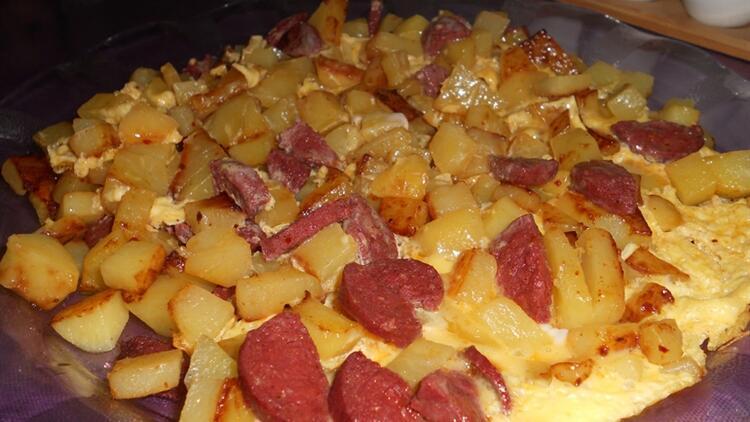 Patatesli Sucuklu Omlet Tarifi